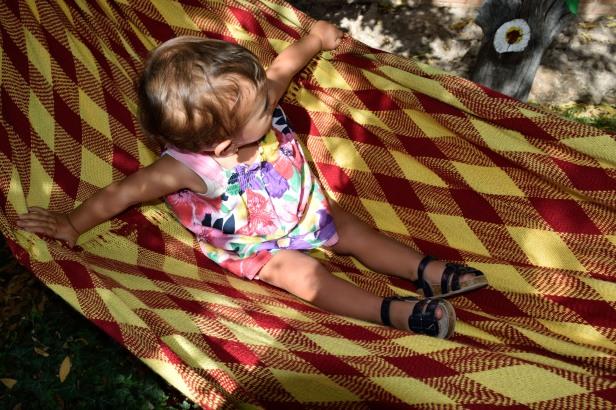 Tomando posesión de la hamaca de abueloboom para sus siestas y sobre todo para jugar y reírse a carcajadas