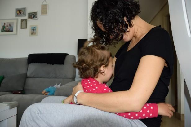 Ni qué decir tiene que muero de amor con estos besos y abrazos que Daniela le dedica a su hermanito, aún sin saber muy bien lo que hace jejeje